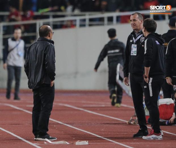 """Tìm ra profile trợ lý tuyển Thái """"gây sự"""" với HLV Park Hang-seo, hoá ra đã xích mích từ Bangkok và mang mối hiềm khích đến Hà Nội - Ảnh 1."""
