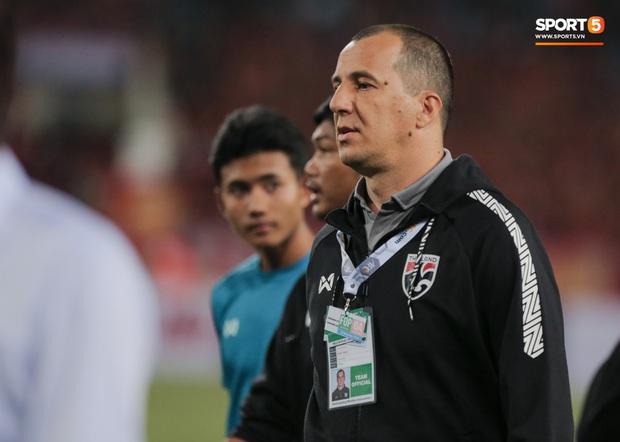 """Tìm ra profile trợ lý tuyển Thái """"gây sự"""" với HLV Park Hang-seo, hoá ra đã xích mích từ Bangkok và mang mối hiềm khích đến Hà Nội - Ảnh 2."""