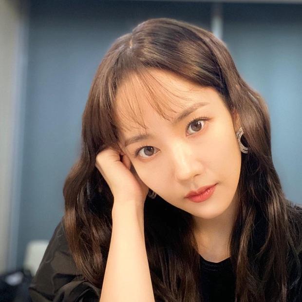 Park Min Young cắt tóc mái thưa: Người khen trẻ xinh hack tuổi, người lại thấy không sang bằng tóc cũ - Ảnh 1.