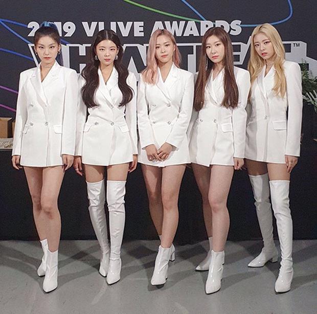 """Là """"siêu tân binh"""" của JYP nhưng ITZY phải mặc đi mặc lại đồ diễn cũ, fan phẫn nộ chê công ty """"giàu mà keo"""" - Ảnh 5."""