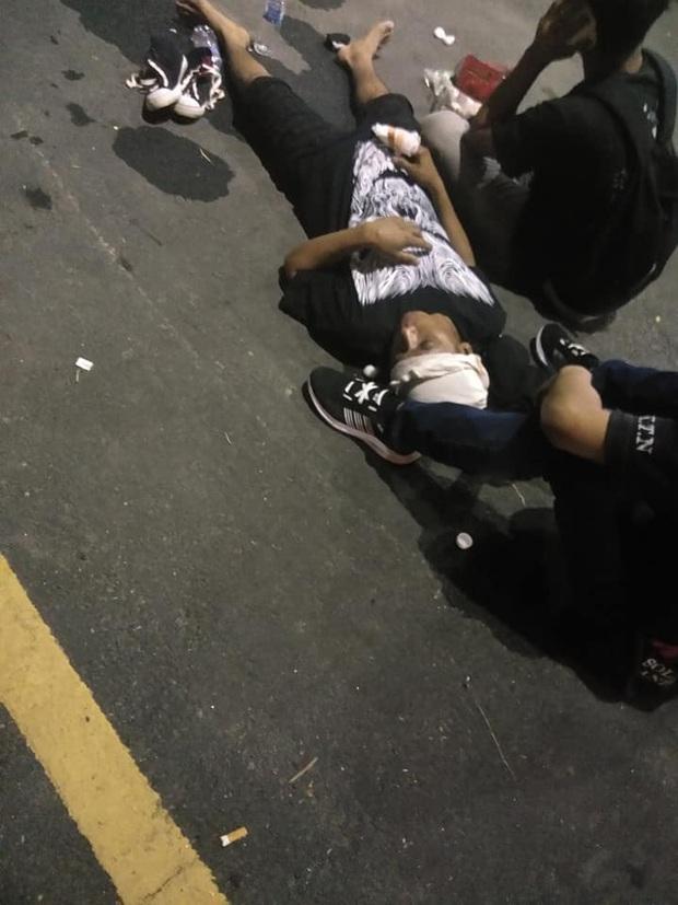 CĐV Malaysia và Indonesia gây bạo loạn ở vòng loại World Cup 2022: Ném pháo sáng và bom khói vào nhau, một người bị đâm trọng thương - Ảnh 3.