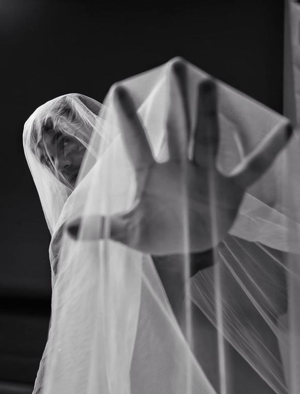 Bất ngờ đăng tải loạt ảnh đơn sắc, Sơn Ngọc Minh gây lo lắng khi suy nghĩ về cái chết sau loạt ồn ào tố Erik bạc tình - Ảnh 2.