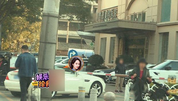 Paparazzi tóm gọn hình ảnh Dương Tử che kín mặt đến thẩm mỹ viện tới tối mịt mới trở về - Ảnh 1.