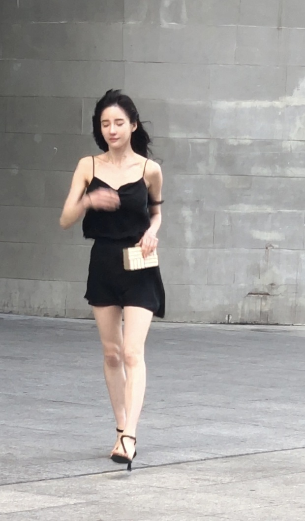 Đăng clip khoe dáng, hot girl bị bóc mẽ qua loạt ảnh người qua đường chụp: Xinh thì có nhưng kéo chân hơi quá không? - Ảnh 4.
