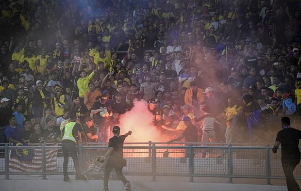 CĐV Malaysia và Indonesia gây bạo loạn ở vòng loại World Cup 2022: Ném pháo sáng và bom khói vào nhau, một người bị đâm trọng thương - Ảnh 1.