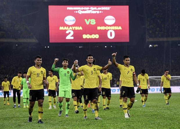 CĐV Malaysia và Indonesia gây bạo loạn ở vòng loại World Cup 2022: Ném pháo sáng và bom khói vào nhau, một người bị đâm trọng thương - Ảnh 5.