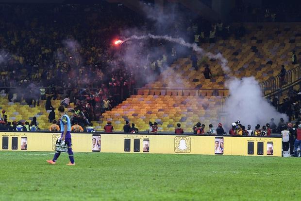 CĐV Malaysia và Indonesia gây bạo loạn ở vòng loại World Cup 2022: Ném pháo sáng và bom khói vào nhau, một người bị đâm trọng thương - Ảnh 2.