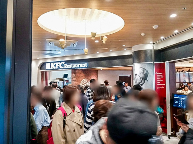Một nhà hàng KFC ở Nhật mở tiệc buffet phục vụ hơn 50 món, thực đơn có gì hot mà dân tình kéo đến ăn đông nghịt? - Ảnh 2.
