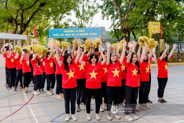 Hàng trăm học sinh bí mật tập văn nghệ gần tháng trời dành tặng món quà bất ngờ cho thầy cô ngày 20/11 - Ảnh 2.