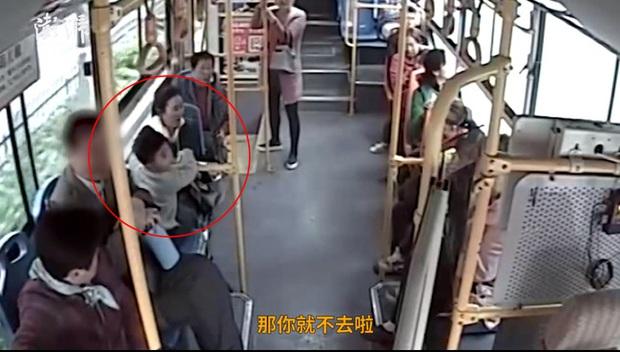 Chạy theo người đàn ông rồi bị đánh ngã nhào giữa đường, bé trai vạch trần việc làm xấu xí trước đó trên xe buýt của người này - Ảnh 2.