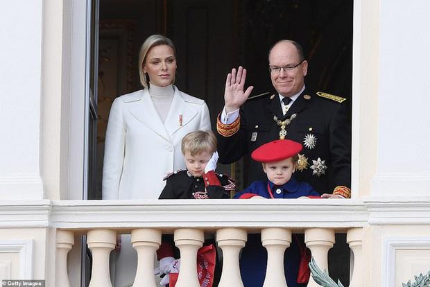 Nàng dâu hoàng gia gốc Việt lần đầu xuất hiện cùng gia đình nhà chồng Monaco: Ăn mặc gợi cảm nhưng có phần lạc lõng - Ảnh 1.