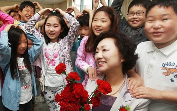 Cô giáo hạnh phúc khoe món quà nhân Ngày Nhà giáo lên MXH bị phụ huynh chỉ trích, dân mạng lại phẫn nộ: Suy diễn quá nhiều! - Ảnh 1.