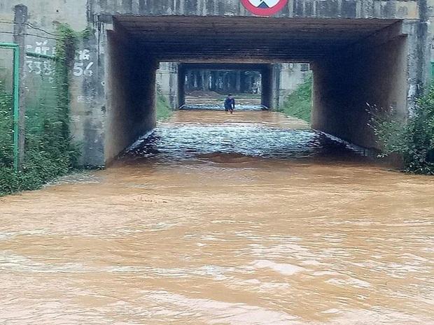 Ngừng cấp nước tạm thời vì sự cố vỡ ống dẫn nước sạch sông Đà - Ảnh 2.