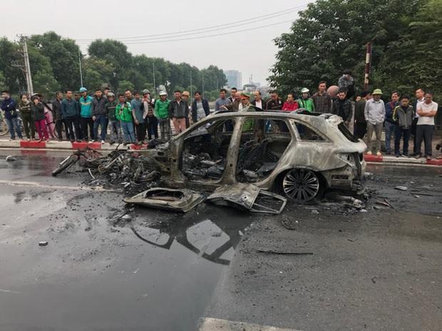 Kỹ sư ô tô nhận định về nguyên nhân xe Mercedes bốc cháy dữ dội sau va chạm với xe máy khiến 1 người tử vong ở Hà Nội - Ảnh 2.