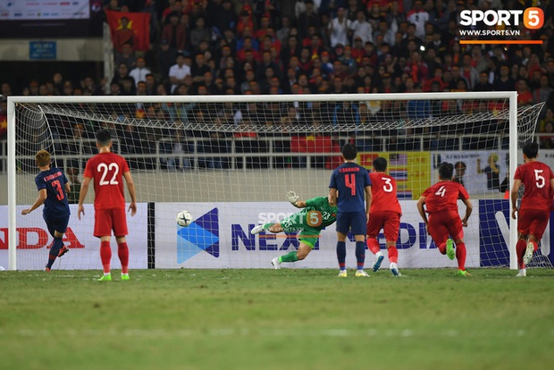 Báo thể thao hàng đầu Thái Lan nói quả phạt đền như một phần thưởng của trọng tài, khen Văn Lâm trông giống con bạch tuộc khổng lồ - Ảnh 1.
