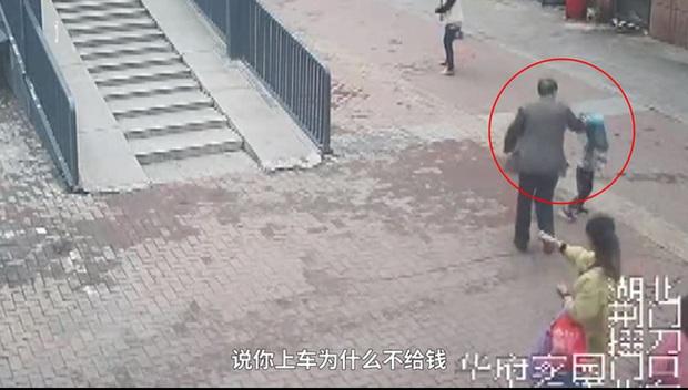Chạy theo người đàn ông rồi bị đánh ngã nhào giữa đường, bé trai vạch trần việc làm xấu xí trước đó trên xe buýt của người này - Ảnh 3.