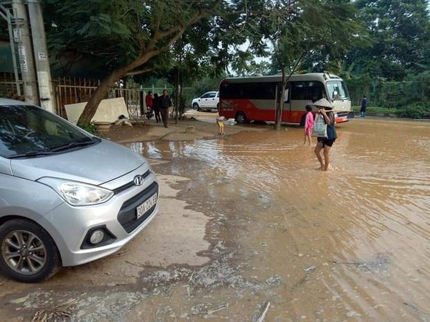 Ngừng cấp nước tạm thời vì sự cố vỡ ống dẫn nước sạch sông Đà - Ảnh 3.