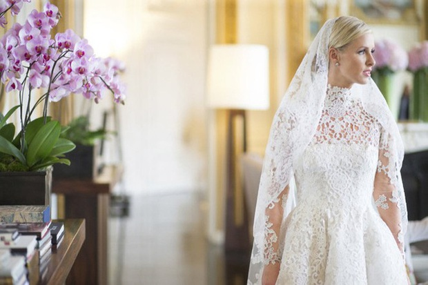 Cô dâu và sự cố váy cưới để đời: Váy tiền tỷ bị mắc kẹt vào bánh xe ô tô, có người còn bị cháy váy - Ảnh 6.