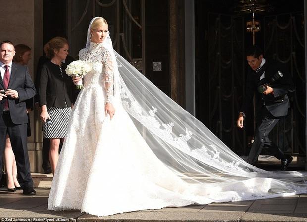 Cô dâu và sự cố váy cưới để đời: Váy tiền tỷ bị mắc kẹt vào bánh xe ô tô, có người còn bị cháy váy - Ảnh 7.