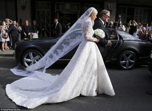 Cô dâu và sự cố váy cưới để đời: Váy tiền tỷ bị mắc kẹt vào bánh xe ô tô, có người còn bị cháy váy - Ảnh 8.