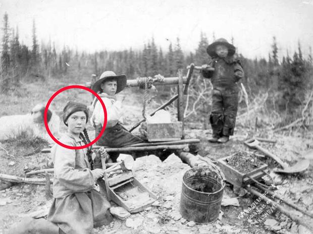 Dân mạng xôn xao khi Greta Thunberg xuất hiện trong bức hình từ cách đây 120 năm: Tấm hình có thật 100%, phải chăng cô bé có thể xuyên không? - Ảnh 2.