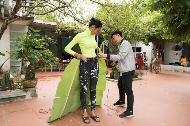 Hoàng Thùy tinh nghịch leo cây, lấy lá chuối thiết kế trang phục khi trở về quê - Ảnh 6.