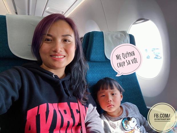Bé Sa và hành trình trên máy bay về Việt Nam: không rời mẹ nửa bước, fan xin bế cũng không cho - Ảnh 8.