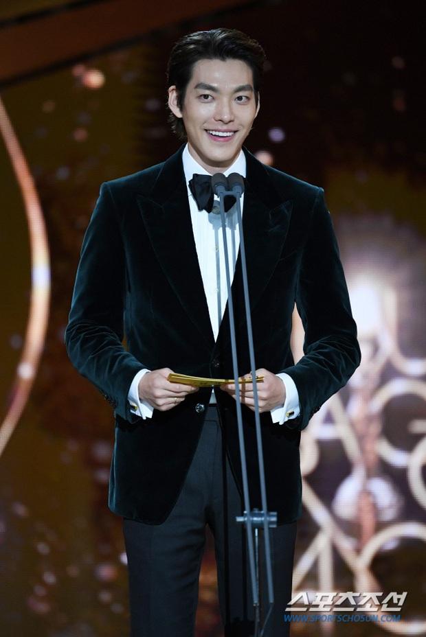 Rớt nước mắt loạt ảnh Kim Woo Bin chính thức lộ diện sau 2 năm điều trị ung thư: Anh gầy quá, nhưng nụ cười đầy rạng rỡ! - Ảnh 4.