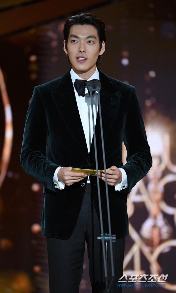 Rớt nước mắt loạt ảnh Kim Woo Bin chính thức lộ diện sau 2 năm điều trị ung thư: Anh gầy quá, nhưng nụ cười đầy rạng rỡ! - Ảnh 3.