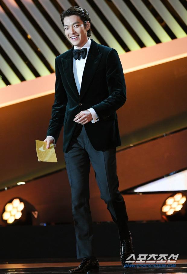 Rớt nước mắt loạt ảnh Kim Woo Bin chính thức lộ diện sau 2 năm điều trị ung thư: Anh gầy quá, nhưng nụ cười đầy rạng rỡ! - Ảnh 1.