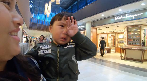 Bé Sa và hành trình trên máy bay về Việt Nam: không rời mẹ nửa bước, fan xin bế cũng không cho - Ảnh 3.