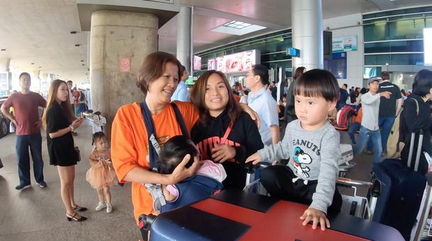 Bé Sa và hành trình trên máy bay về Việt Nam: không rời mẹ nửa bước, fan xin bế cũng không cho - Ảnh 7.