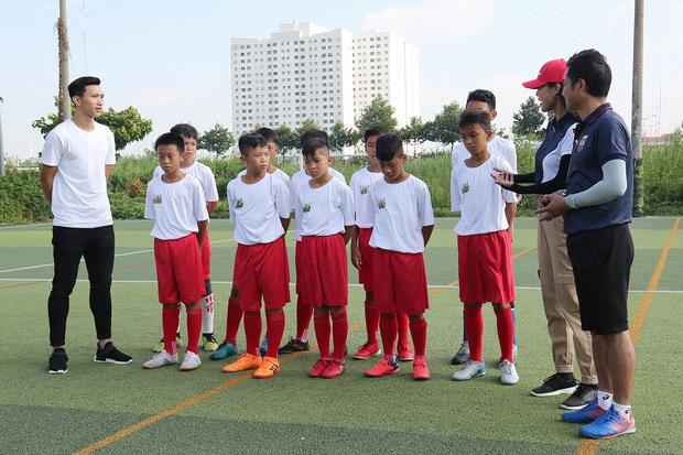 Đoàn Văn Hậu bảnh trai xuất hiện huấn luyện cho dàn cầu thủ nhí - Ảnh 2.