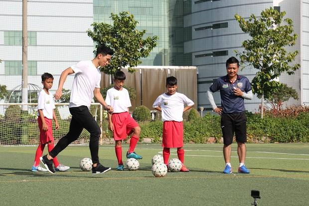 Đoàn Văn Hậu bảnh trai xuất hiện huấn luyện cho dàn cầu thủ nhí - Ảnh 6.