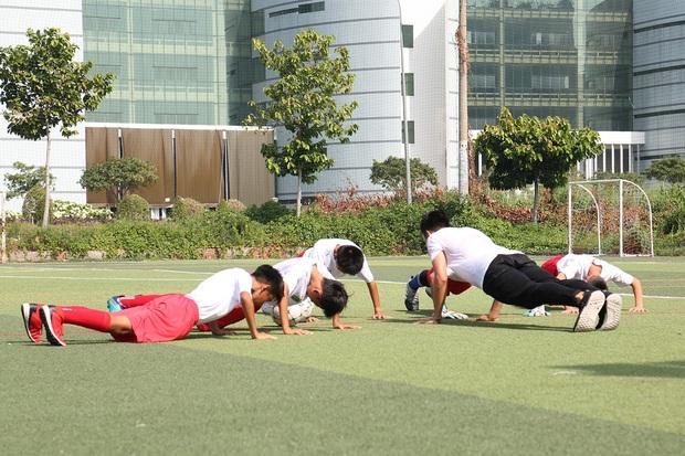 Đoàn Văn Hậu bảnh trai xuất hiện huấn luyện cho dàn cầu thủ nhí - Ảnh 5.