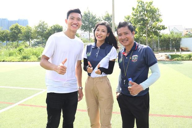 Đoàn Văn Hậu bảnh trai xuất hiện huấn luyện cho dàn cầu thủ nhí - Ảnh 1.