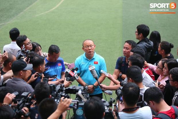 Trước ngày sang Philippines dự SEA Games, HLV Park Hang-seo vẫn lo Quang Hải khó thích nghi với mặt cỏ nhân tạo - Ảnh 1.