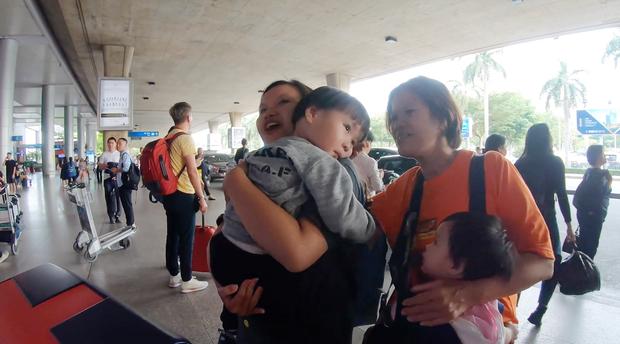 Bé Sa và hành trình trên máy bay về Việt Nam: không rời mẹ nửa bước, fan xin bế cũng không cho - Ảnh 6.