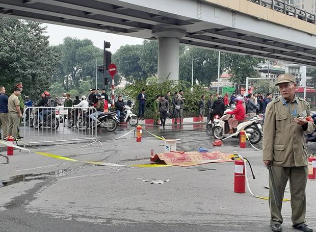 Tạm giữ hình sự nữ tài xế đi giày cao gót lái xe ô tô Mercedes gây tai nạn liên hoàn trên đường Lê Văn Lương - Ảnh 1.