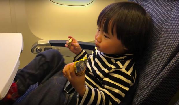 Bé Sa và hành trình trên máy bay về Việt Nam: không rời mẹ nửa bước, fan xin bế cũng không cho - Ảnh 5.
