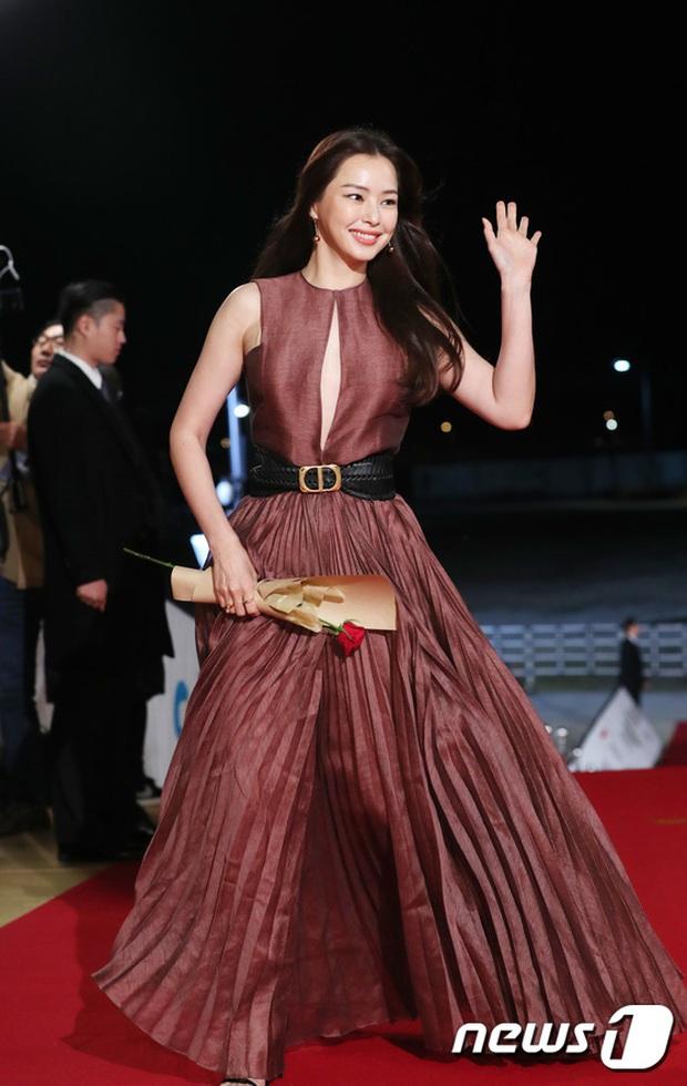 Siêu thảm đỏ Rồng Xanh 2019: Chị đại Kim Hye Soo át cả Yoona và Hoa hậu, Jung Hae In - Lee Kwang Soo dẫn đầu đoàn sao Hàn - Ảnh 9.