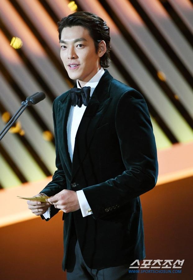 Rớt nước mắt loạt ảnh Kim Woo Bin chính thức lộ diện sau 2 năm điều trị ung thư: Anh gầy quá, nhưng nụ cười đầy rạng rỡ! - Ảnh 2.