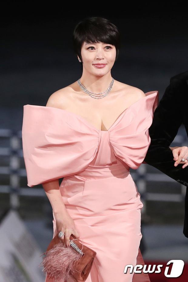 Siêu thảm đỏ Rồng Xanh 2019: Chị đại Kim Hye Soo át cả Yoona và Hoa hậu, Jung Hae In - Lee Kwang Soo dẫn đầu đoàn sao Hàn - Ảnh 6.