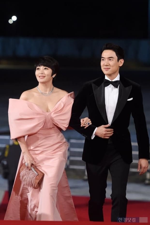 Siêu thảm đỏ Rồng Xanh 2019: Chị đại Kim Hye Soo át cả Yoona và Hoa hậu, Jung Hae In - Lee Kwang Soo dẫn đầu đoàn sao Hàn - Ảnh 8.