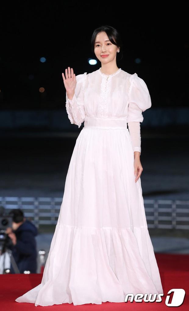 Siêu thảm đỏ Rồng Xanh 2019: Chị đại Kim Hye Soo át cả Yoona và Hoa hậu, Jung Hae In - Lee Kwang Soo dẫn đầu đoàn sao Hàn - Ảnh 22.