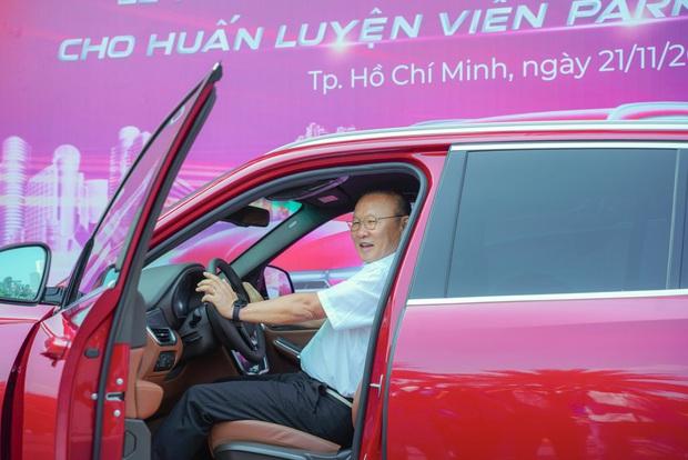 HLV Park Hang-seo được tặng ô tô thứ 4 tại Việt Nam, Duy Mạnh cùng bạn gái du lịch Nhật Bản - Ảnh 1.