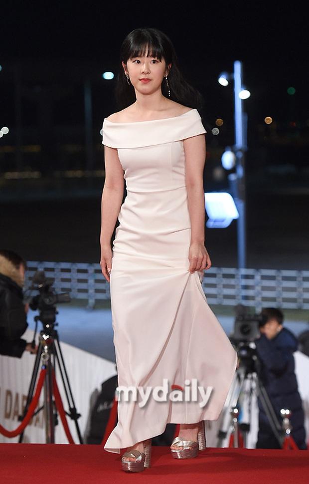 Siêu thảm đỏ Rồng Xanh 2019: Chị đại Kim Hye Soo át cả Yoona và Hoa hậu, Jung Hae In - Lee Kwang Soo dẫn đầu đoàn sao Hàn - Ảnh 27.