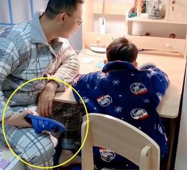 Mẹ dạy học thì vô cùng quậy phá, nhưng ông bố chỉ cần cầm đôi dép là cậu con trai ngoan ngoãn ngay lập tức - Ảnh 2.