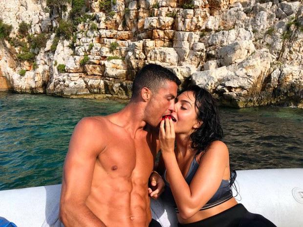 Báo Ý đưa tin sốc về Ronaldo và bạn gái Georgina: Cặp đôi đã làm đám cưới bí mật - Ảnh 1.