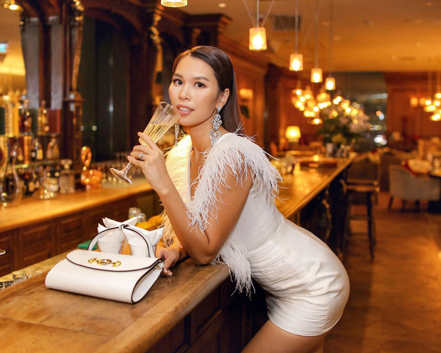 Vừa mới hớ hênh vì quên nội y cách đây không lâu, Hà Anh lại tiếp tục lộ miếng dán ngực vì váy xẻ hiểm hóc - Ảnh 1.